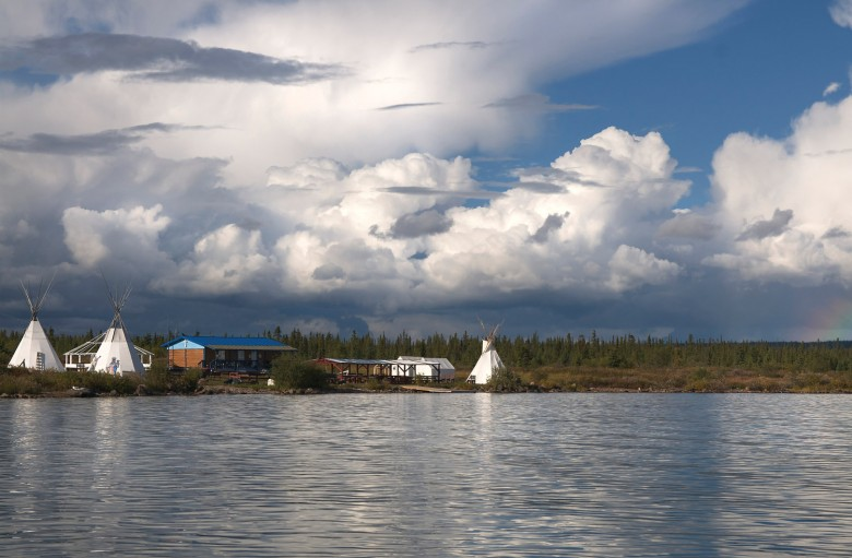 The small town of Délınę is nestled on the shores of Great Bear Lake, the eighth largest freshwater lake in the world. ©Destination Deline